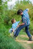Stammbaum pflanzendes des Vaters und des Sohns reicher Untergrund Eco-Bauernhof ranch kleiner Jungenkinderhilfsvater bei der Land stockfoto