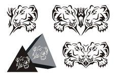Stammen het liggen leeuwinsymbool met een poot en een leeuwinpiramide Stock Afbeeldingen