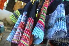 Stammen noordelijk van de rokkenkledij in Thailand stock afbeeldingen