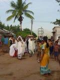 Stammen priestess komt in een klein dorp aan Royalty-vrije Stock Afbeeldingen