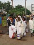 Stammen priestess komt in een klein dorp aan Stock Afbeelding