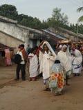 Stammen priestess komt in een klein dorp aan Stock Foto's