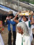 Stammen priestess komt in een klein dorp aan Stock Foto