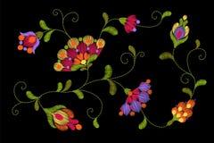 Stammes- Blumenstickerei Crewelflecken Helle rote grüne bunte Blumentextilverzierung Aufwändige Illustration Stockfotos
