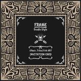 Stammes- ethnischer Artrahmen des Gekritzelvektors Gebürtige Einladungskarte Lizenzfreie Stockfotos