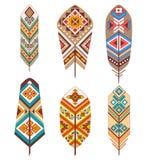 Stammes- Federn mit ethnischem Muster Farbige dekorative Federn Boho-Art Lizenzfreie Stockfotos