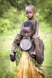 Stammes- Frauen Surma mit der Mundlochplatte Stockbild