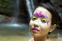 Stammes- Gesichtsanstrich im Dschungel Stockbild