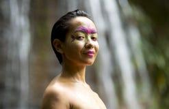 Stammes- Gesichtsanstrich im Dschungel Stockbilder