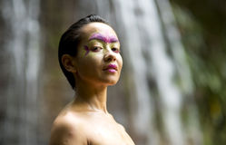 Stammes- Gesichtsmalerei im Dschungel Stockbild