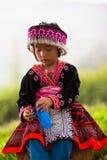 Stammes- Kind-Akha-Mädchen mit traditioneller Kleidung und silbernem Schmuck Lizenzfreie Stockbilder