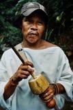 Stammes- kogi Mann mit seinem poporo das alte Gerät, das der tairona Nation hilft lizenzfreie stockfotos