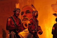 Stammes- Leute des Gujarati zeigen am Reisehandelszentrum in Ahmedabad mit stockbilder