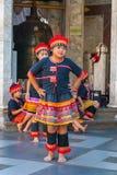 Stammes- Mädchentanzen stockbild
