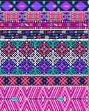 Stammes- nahtloses aztekisches Muster mit Vögeln und Blumen Stockbilder