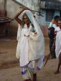 Stammes- Priesterin kommt in einem kleinen Dorf an Lizenzfreies Stockfoto