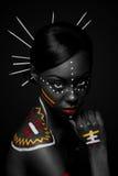 Stammes- Schönheitsfrau mit Verfassung stockfotos