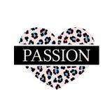 Stampa alla moda per una maglietta con la passione di slogan sui precedenti di cuore con un modello del leopardo royalty illustrazione gratis