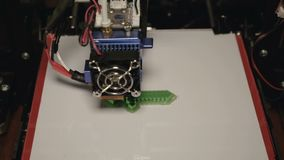 stampa 3D del distintivo della spada Movimento lento di lasso di tempo poi video d archivio