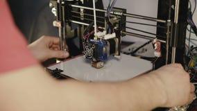 stampa 3D dell'immagine di plastica del distintivo 4K stock footage