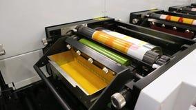Stampa dei codici a barre con il termale diretto o il processo di stampa a trasferimento termico Stampa dei codici a barre su rot stock footage