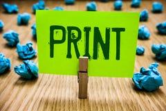 Stampa del testo di scrittura di parola Il concetto di affari per la lettera dei prodotti numera i simboli su carta dalla macchin fotografia stock libera da diritti