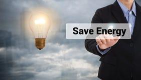 Stampa dell'uomo d'affari l'energia di risparmi del bottone, lampadina Fotografie Stock