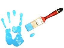 Stampa della mano vicino alla setola in azzurro fotografia stock