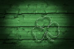 Stampa di legno verde del fondo dei trifogli Fotografia Stock