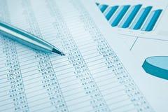 Stampa e penna di rapporto di dati di affari. Azzurro modificato. Fotografia Stock