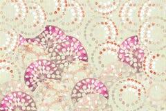 Stampa rosa-rosso e bianca del cerchio del gioiello su crema Fotografie Stock