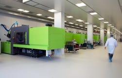 Stampaggio ad iniezione dei prodotti biomedici nella stanza pulita Fotografia Stock Libera da Diritti