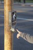 Stampaggio a mano il bottone sul passaggio pedonale Fotografia Stock Libera da Diritti