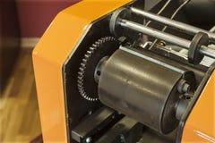 Stampando le etichette sulla stampatrice dell'etichetta - vecchia stampatrice Immagine Stock Libera da Diritti
