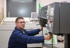 Stampante che funziona alla macchina di stampa offset Fotografia Stock Libera da Diritti