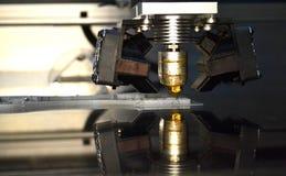 Stampante che stampa gli oggetti grigi sul primo piano di superficie riflettente dello specchio Immagini Stock Libere da Diritti