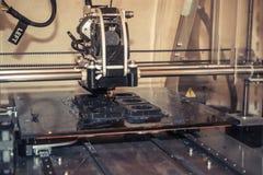 Stampante che stampa gli oggetti grigi sul primo piano di superficie riflettente dello specchio Immagini Stock