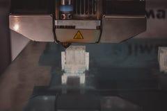 stampante 3D che funziona e che crea un oggetto dal primo piano di plastica fuso caldo Copi lo spazio Immagini Stock