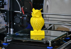 stampante 3D che stampa figura gialla primo piano Fotografia Stock Libera da Diritti