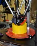stampante 3D che stampa figura gialla primo piano Fotografie Stock