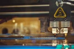 stampante 3d che stampa il primo piano piano nero di forme Fotografia Stock Libera da Diritti