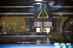 stampante 3d che stampa il primo piano piano nero di forme Fotografie Stock Libere da Diritti