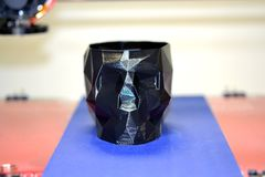 stampante 3D che stampa un modello sotto forma di primo piano nero del cranio Fotografia Stock Libera da Diritti