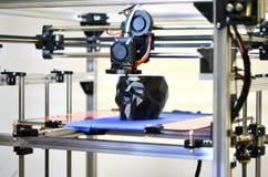 stampante 3D che stampa un modello sotto forma di primo piano nero del cranio Immagini Stock
