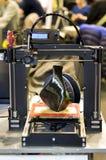 stampante 3D che stampa un modello sotto forma di primo piano nero del vaso Fotografia Stock Libera da Diritti