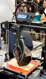 stampante 3D che stampa un modello sotto forma di primo piano nero del vaso Fotografie Stock Libere da Diritti