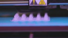 Stampante di flusso di lavoro 3d, il processo di creare le parti su una stampante 3D primo piano del lavoro della stampante 3d stock footage