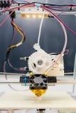 Stampante di plastica tridimensionale elettronica durante il lavoro in scho Fotografia Stock