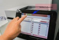 Stampante di uso della donna di affari per inviare funzione del fax per i documenti finanziari immagini stock libere da diritti