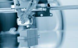 Stampatore di plastica tridimensionale elettronico durante il lavoro, 3D stampatore, stampa 3D Immagine Stock Libera da Diritti